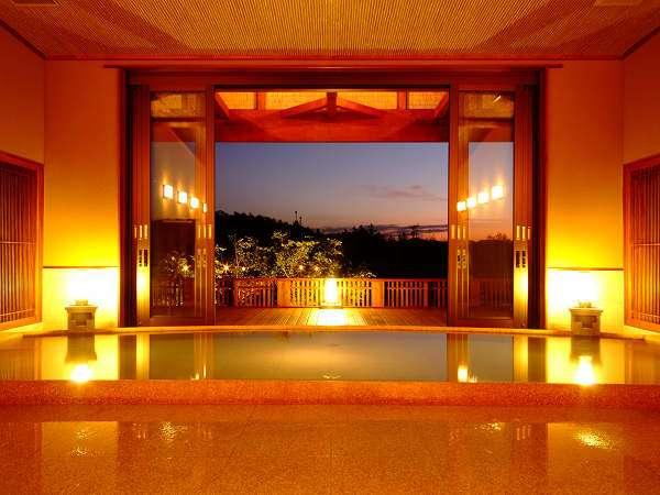 夕刻には大きな窓の奥に美し夕景を望みます(大浴場「流風」)