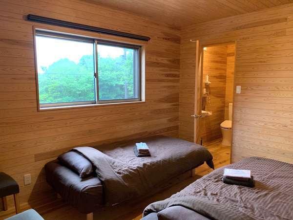 ツインのお部屋。ベッド脇にテレビございます。