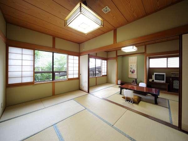 離れ客室「夕凪」。窓の外には豊かな自然の眺望