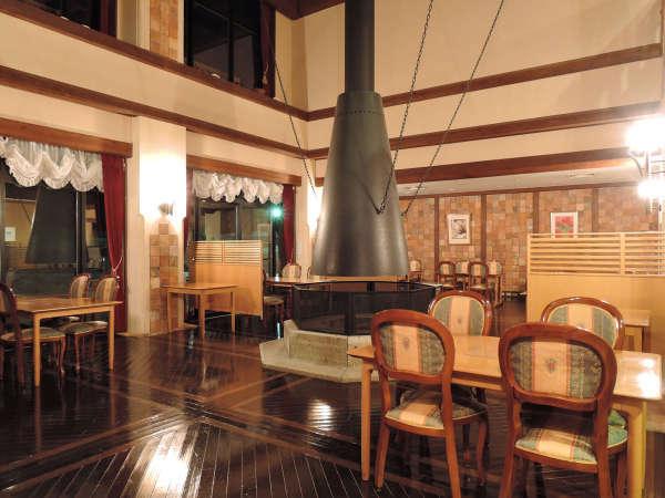 【レストラン一例】山小屋を感じさせてくれるレストランは天井が高く開放感があります