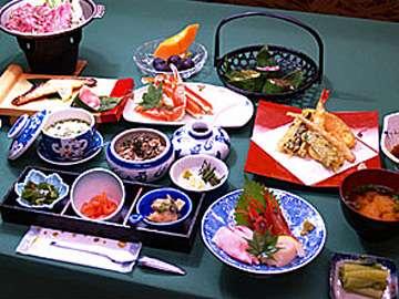 *日本海から直送される新鮮な海の幸と妙高の山の幸を使用した「和洋折衷料理」に舌鼓。(お夕食一例)