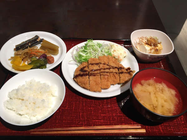 日替わりで変わる美味しい定食!この日は特製のカツに冷奴にお漬物。ご飯、お味噌汁はお代わり自由です♪