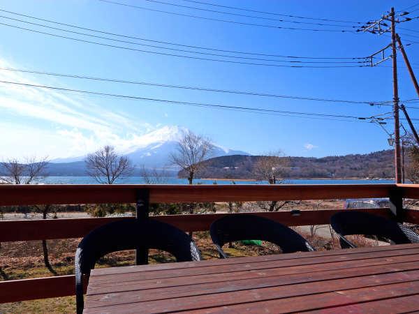 トレーラーハウスからは山中湖と富士山を眺められます