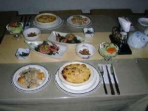 夕食一例、肉・魚各一品、刺身、サラダ、煮物、漬物、ご飯、味噌汁
