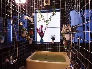 24時間OK、2箇所の内風呂。入浴時は、鍵を閉めて下さい。