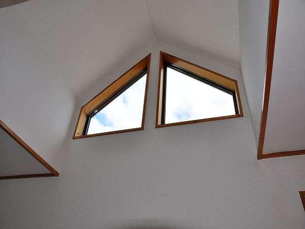新館2F天窓、夜は☆が!部屋を出て、階段を登れば露天風呂