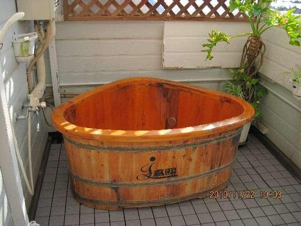 屋上の貸切露天風呂おにぎりの形で檜です。