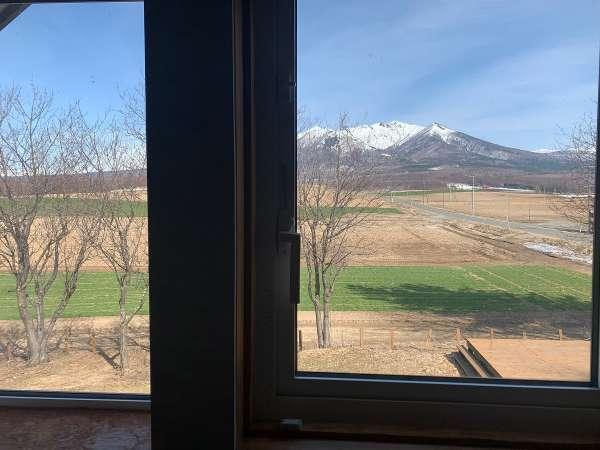 窓から十勝岳連峰が見えます
