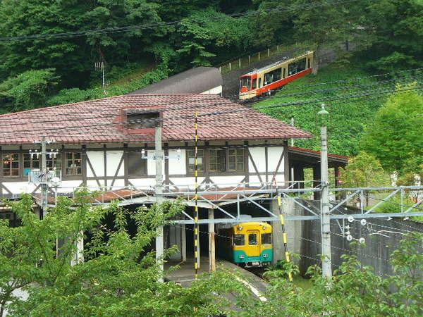 立山館客室から見える立山駅・立山ケーブルカーと地鉄電車のコラボです。