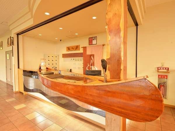 ホテルフロント受付カウンターは、カヌーです。
