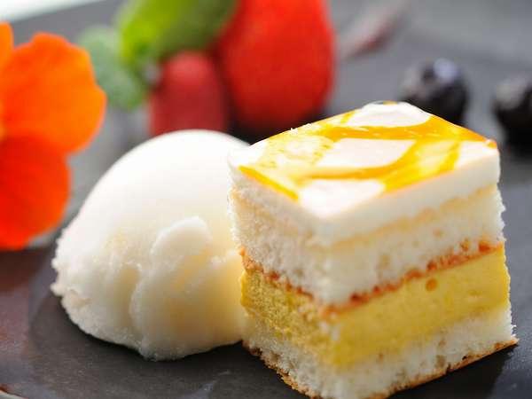 本日のデザートはマンゴームースのケーキと ラフランスのシャーベット