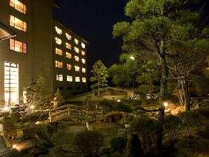 【外観】(夜景)夜の庭園はライトアップされ神秘的な空間に