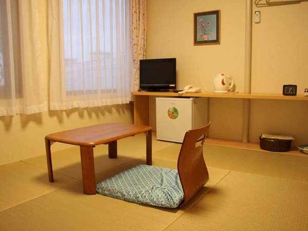 和室一例。畳のお部屋でごろんっとのんびりお過ごしください。