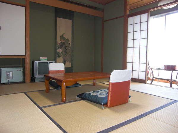 【和室8帖】浴衣・ファブリーズ・エアコン・TV・冷蔵庫・バス・トイレ・鏡台・窓際ソファー有。