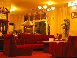 【ロビー・フロア】赤のソファーでレトロ感漂う空間です。