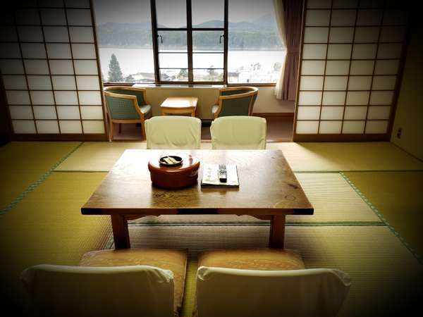 落ち着いた雰囲気の和室。景色は御所湖と奥羽山脈を一望できる絶景。