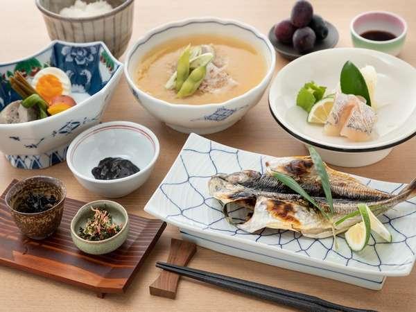漁師飯風の朝食です。魚の町氷見の本日の干物と漁師汁でパワーチャージしてご出発ください♪