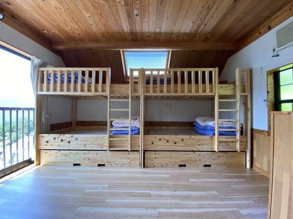 2階 紀州材の2段ベッドと補助ベッド