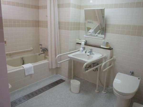 バリアフリー室の洗面台、トイレ、お風呂は同じお部屋になっております。