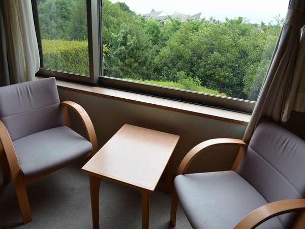 和室10畳窓側に イス・テーブルがございます。