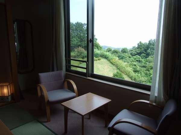 和室8畳 窓側にイス・テーブルセットがございます。