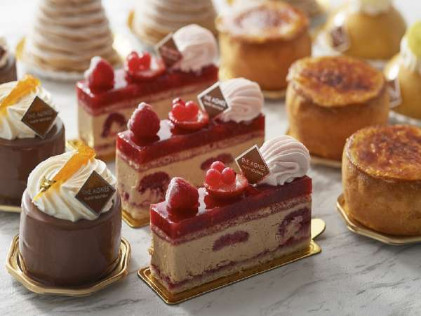 定番ケーキから季節限定のケーキまで数種類の品をご用意しております。