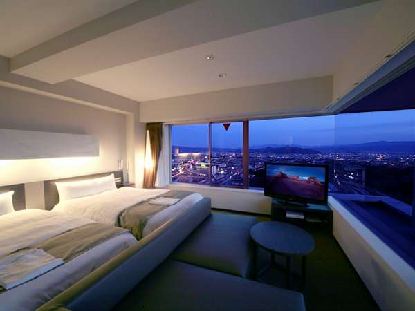 【10階特別室】ガラスを利用した開放的で心地よい最上階のツインルーム。箱根~駿河湾を一望できます