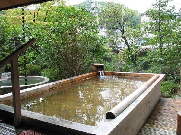 日本庭園の中にある檜風呂