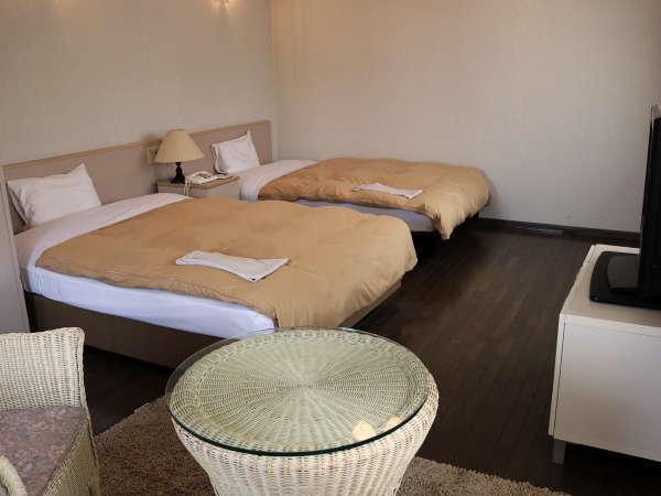 ゆとりのある広々空間ツインルーム。セミダブルベッド(2台)でゆっくりお寛ぎ下さい。