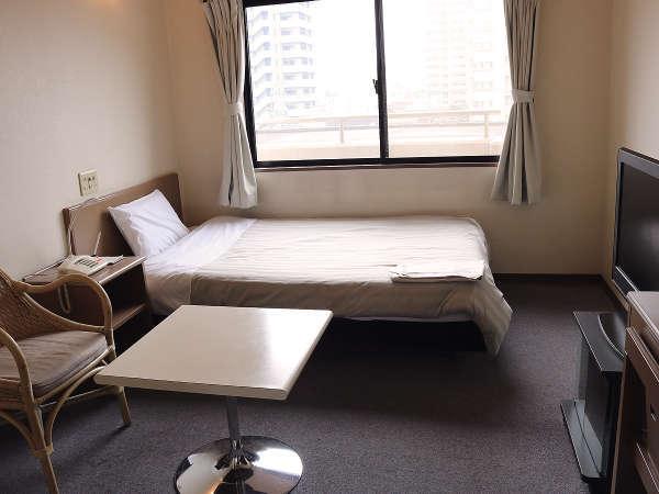 シングルルームは20㎡の余裕の間取り。全室セミダブルベットでお休み頂けます。