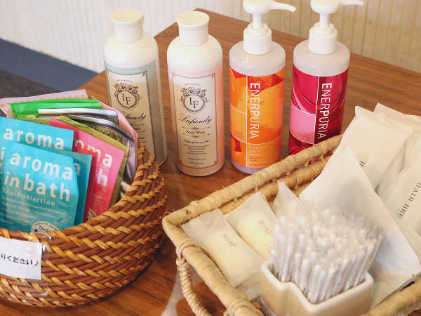 お部屋のアメニティグッズの他にもアロマ入浴剤・綿棒・ヘアバンドなどをフロントで無料配布しております。