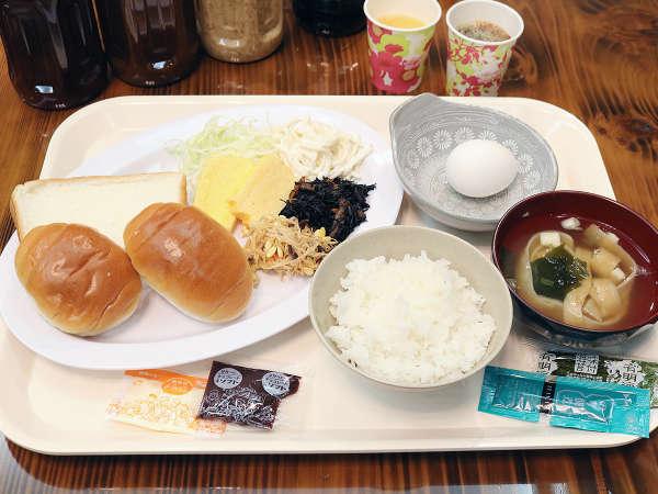 無料朝食♪【一例】ご飯・お味噌汁・焼き魚・卵焼き・パン・コーヒー・ソフトドリンクなど