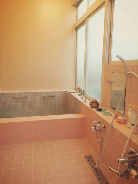 大浴場です。男女の区別が無いため、お客様が交代で入られるように致します。宿泊当日ご相談くださいませ。