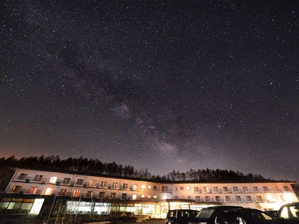 ホテル外観と天の川 写真提供:じゃらんnet