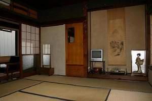 旧館8畳間:文化財に引けをとらない良い材木を使ったお部屋です。広縁・応接セット付き。