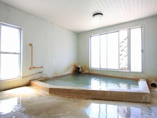 大浴場。当館のお湯は高濃度の炭酸ガスを含む温泉♪様々な症状に効果が期待できます!