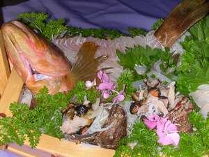 玉島丸で捕れた魚介類満載の舟盛り
