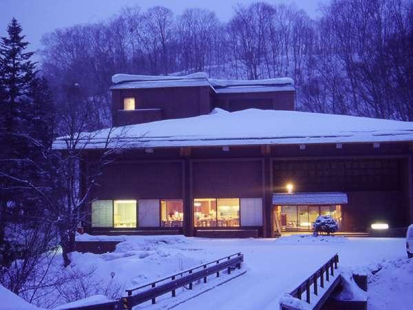 深雪に囲まれた冬の外観 スキーシーズンはスキー場まで無料シャトルバスを運行しています(定時便)