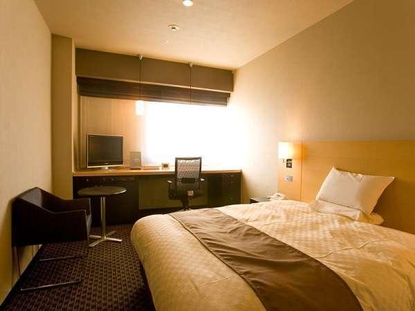【デラックスシングル・20平米】160cm幅のダブルサイズベッドを配したグレード感溢れるお部屋。