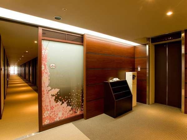 【レディースルーム】専用の鍵で開閉する扉で仕切られており、女性お一人でも安心。