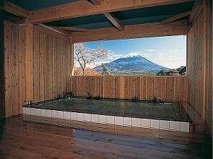 1階の大浴場から続く露天風呂からも絵葉書のような景色が!!