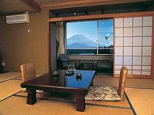 時間帯により美しさも移り変わる富士山