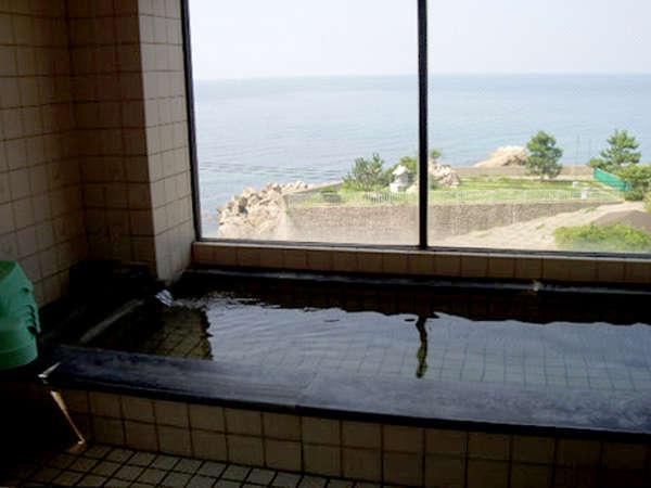 【お風呂】お風呂からは越前海岸が一望!天然温泉は24時間お入りいただけます♪