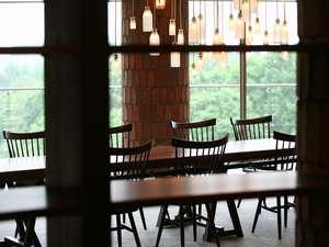 ロビーに配置してある長さ11mの大テーブル十勝岳連峰の眺望が楽しめます