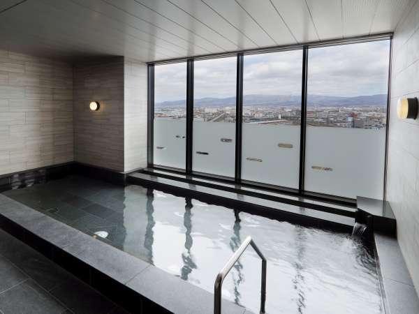 列車を眺めながらゆっくりと寛げる宿泊者専用大浴場