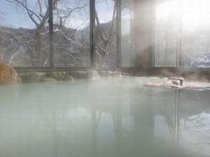 白濁色の天然水素塩泉。別名「美肌の湯」と呼ばれています♪