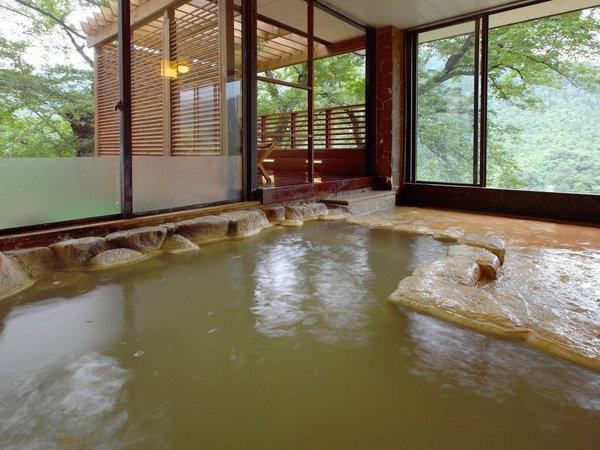 2種類の源泉が愉しめる大浴場♪【白濁色の炭酸水素塩泉】 別名「美肌の湯」と呼ばれています