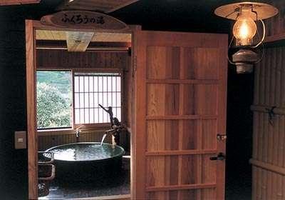 陶器のお風呂(ふくろうの湯)は本物の信楽焼きによるこじんまりとした眺めの良いお風呂です。