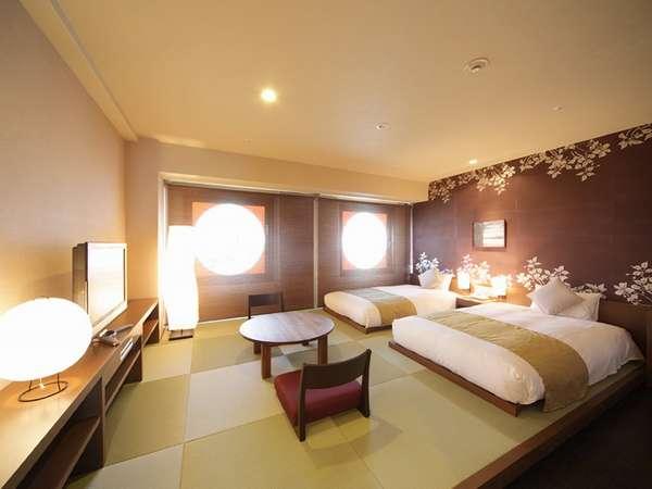 コンセプトルーム[ベルフラワー]変わった窓と琉球畳が印象的な客室。