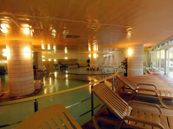 それぞれ特徴的な湯船を持つ大浴場。良質のにごり湯には豊富な温泉成分が/男湯大浴場